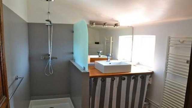 Une des salle de bain de l'étage
