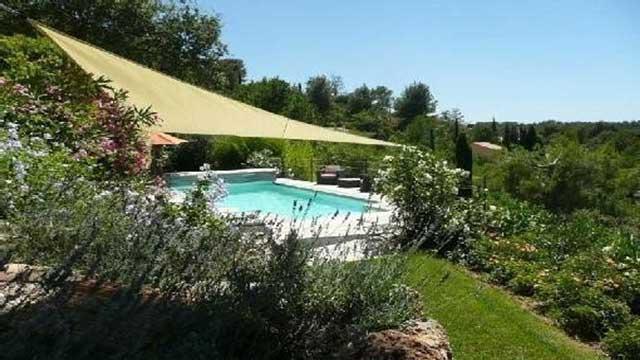 La piscine est sécurisée par un rideau électrique...