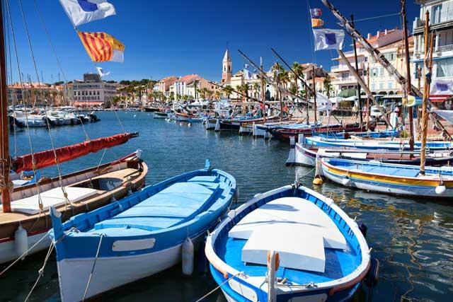 Sanary-sur-Mer a gardé son côté provençal avec ses petits pointus colorés accostés dans son port...
