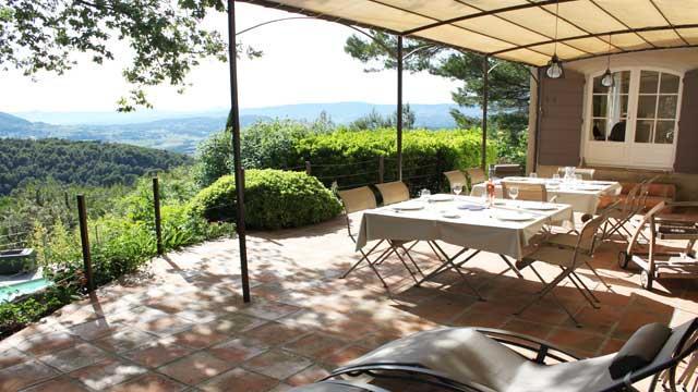Une grande terrasse pour profiter de la vue