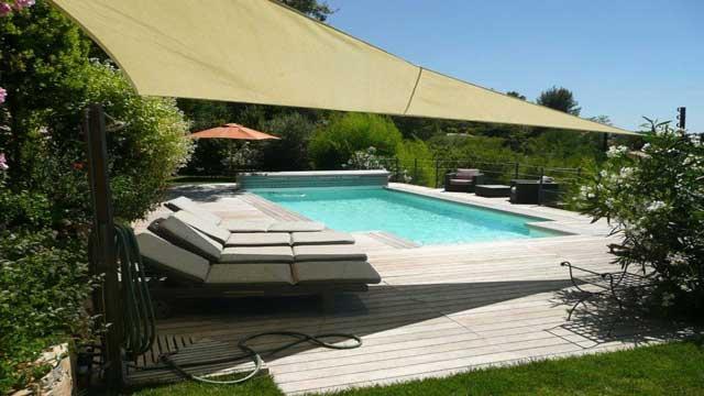 Une piscine de 8x4 dotée de buses de massage et d'une nage contre courant...