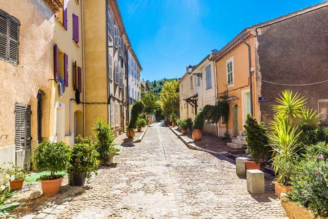 Laissez-vous guider, au gré des petites rues des villages Provençaux…