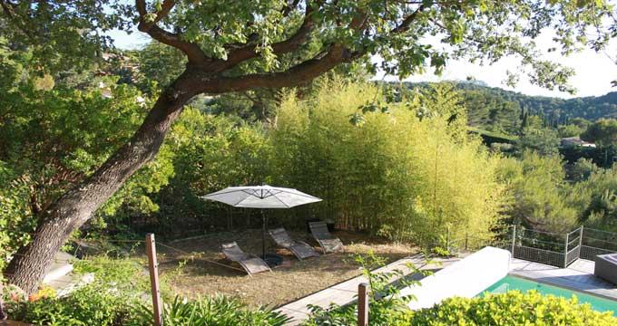 Un jardin avec espaces de repos ...