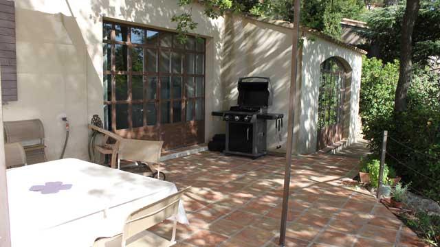 Barbecue Weber et chaises longues